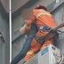Διάσωση που κόβει την ανάσα – Πυροσβέστης έπιασε στον αέρα γυναίκα που απειλούσε να αυτοκτονήσει [βίντεο]
