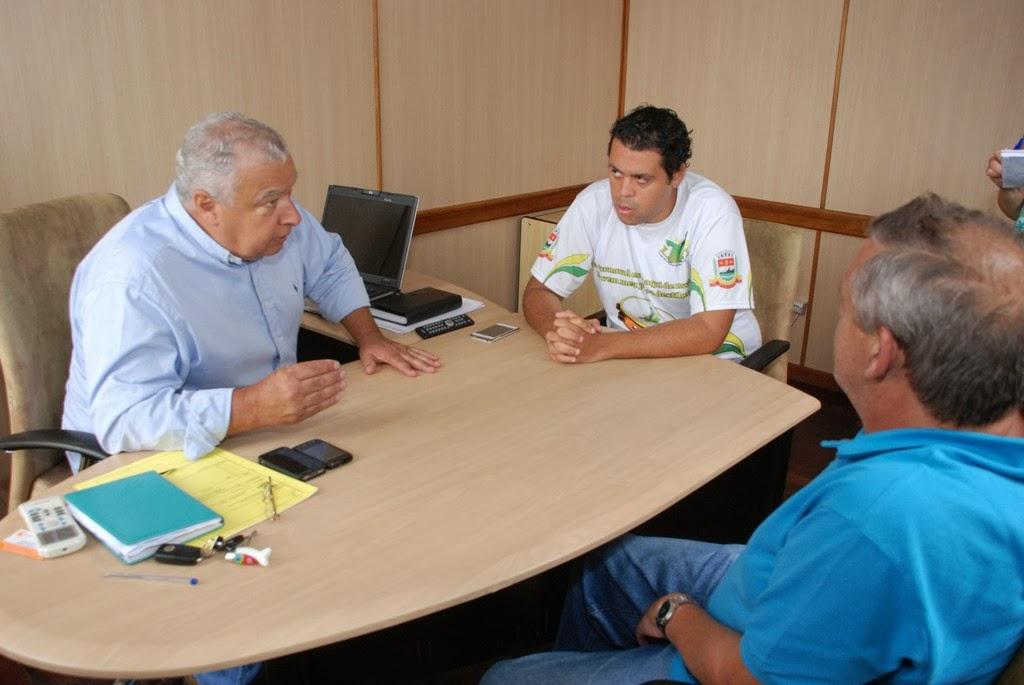 Secretário de Governo, José Carlos Cunha, com Thiago Duque e Hilton de Souza Pinto, da LEST, debatem a volta do desfile das escolas de samba no Carnaval de Teresópolis