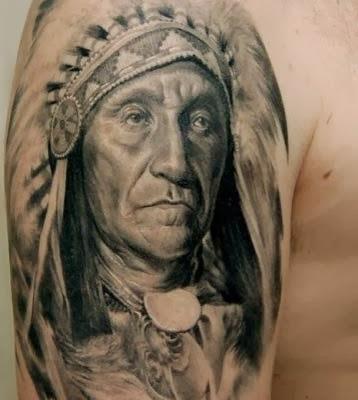 Rosto de indio tatuado no braço