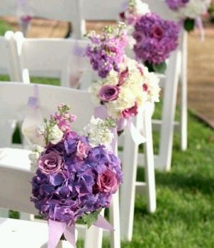 Wedding chairs decorated with flowers for Arreglos florales para boda en jardin