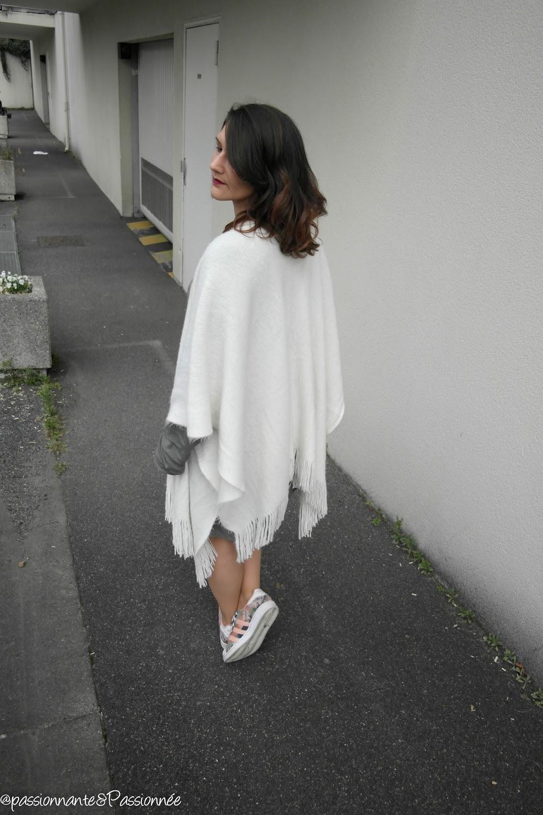 Porter le poncho blanc en hiver