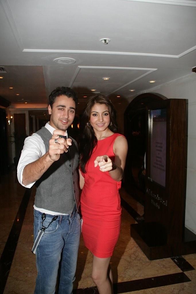 http://1.bp.blogspot.com/-bI5zmLHCJ8s/Tbu_RkhRcvI/AAAAAAAAEzc/52eHxuWvD9U/s1600/Imran-Khan-and-Anushka-Sharma-re-launched-BBC-Top-Gear-Magazine-021.jpg