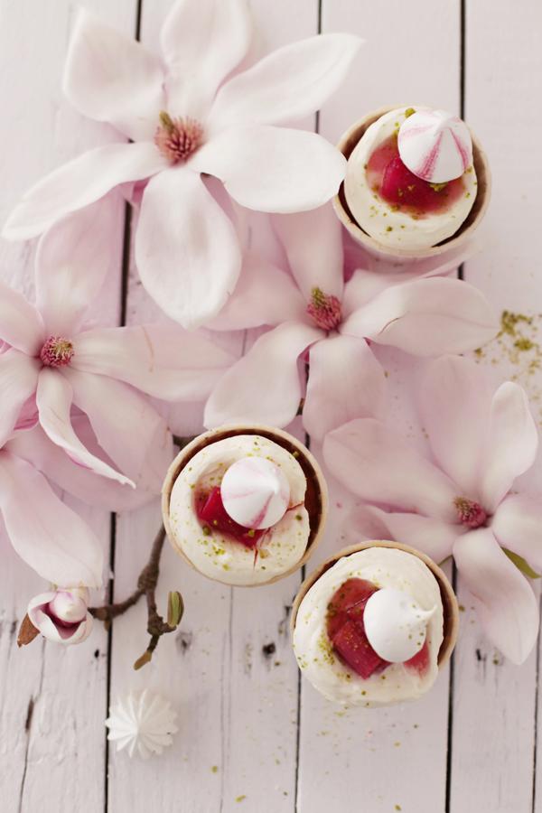 rhabarber eton mess cupcakes kuchen und magnolien. Black Bedroom Furniture Sets. Home Design Ideas