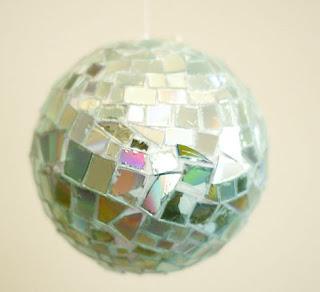 aneka kerajinan dari bola disco CD dan DVD bekas