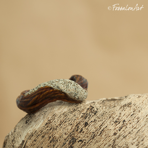 Anello in corda, gommalacca e sabbia