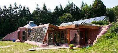 Σπίτια από φυσικά ανακυκλωμένα υλικά