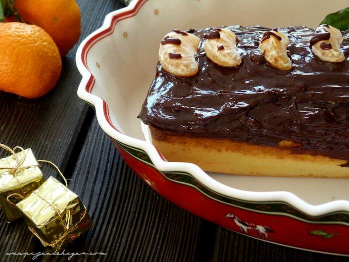 Primer plano de pastel de chocolate con gajos de mandarina