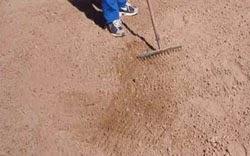 el rastrillo se usa también para barrer y juntar hojas, césped, ramas secas, aflojar el suelo, sacar maleza fina y nivelar el suelo