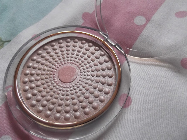 An image of L'Oreal Lumi Magique Pearl Powder Highlighter in Rose Radieux
