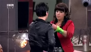 Eszter átadja Verának a zöld kendőt