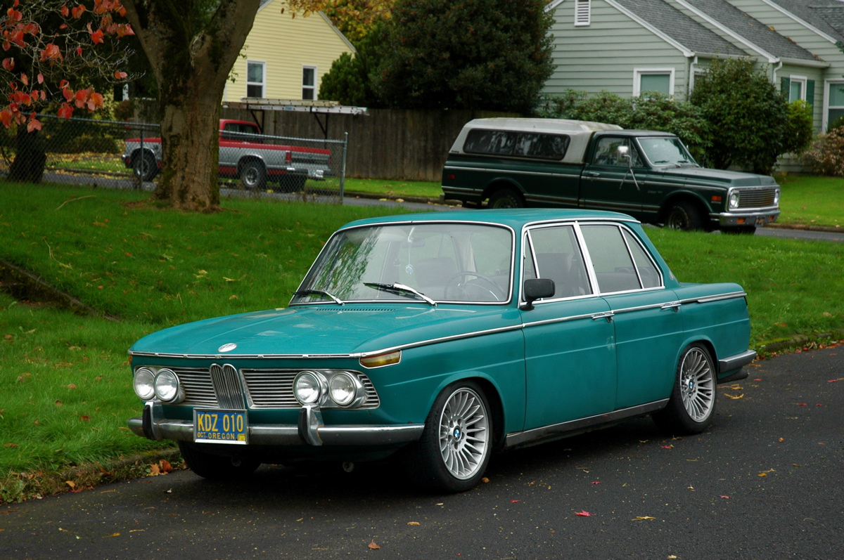 OLD PARKED CARS.: 1970 BMW 2000.