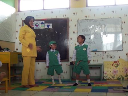 foto guru TK-nya Fauzan. Itu foto setahun yang lalu, saat ibu guru