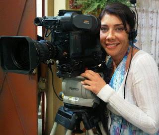 Cynthia Klitbo posando como camarógrafa