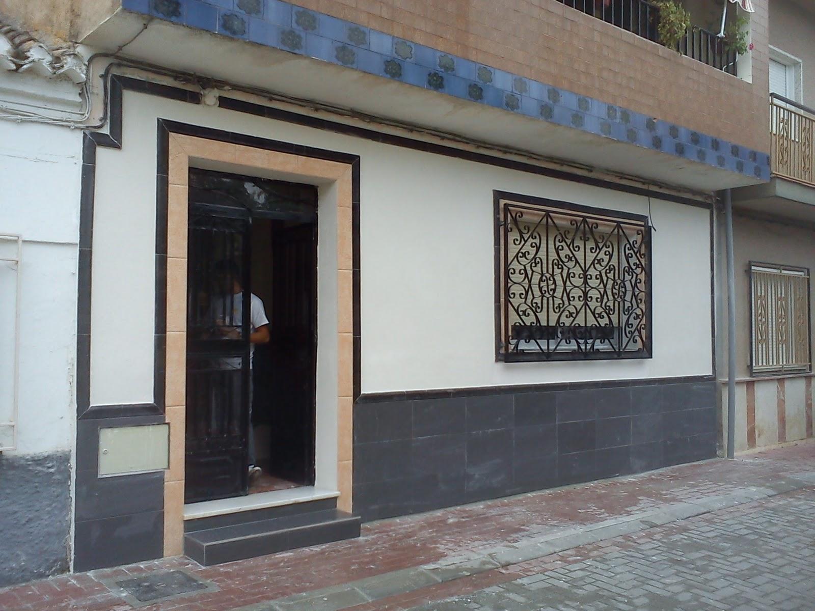 Reforma casa en dilar fachada y zocalo antes y despues 4 for Zocalo fachada exterior