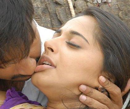 cute actress gallery anushka hot kiss