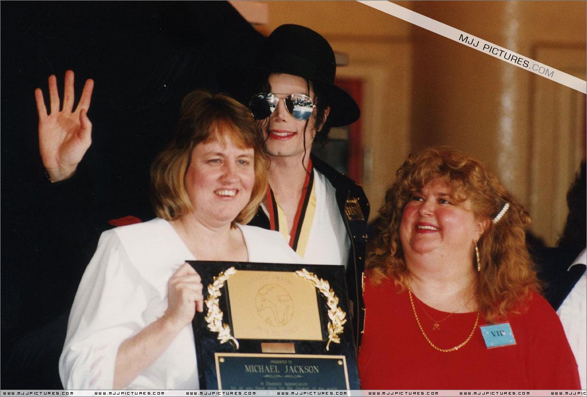 http://1.bp.blogspot.com/-bL0azBYGyT4/T66hGjUQcWI/AAAAAAAAFf0/aeBwJwDtwbI/s1600/michael_jackson_awards_guinness_may_1993+(8).jpg