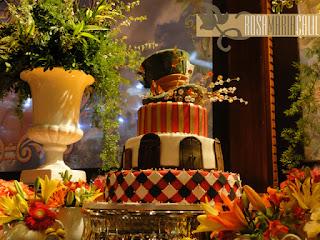 bolo alice no país das maravilhas, vaso porcelana branca arranjos coloridos