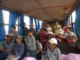 Os alunos ouvindo a explicação sobre a colheita mecanizada