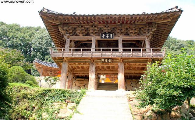 Pabellón Anyangnu del templo Buseoksa visto desde abajo