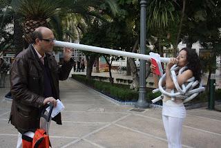 Poesía por un tubo, ciudad, Elche, Nosomostanraros, festival de poesía, Colectivo Elefante Rosa, El Escorxador, performance