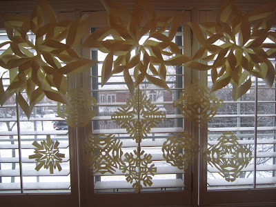 winter wonderland paper snowflake craft, kids crafts, Christmas crafts