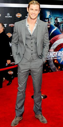 Chris Hemsworth de cuerpo entero con terno