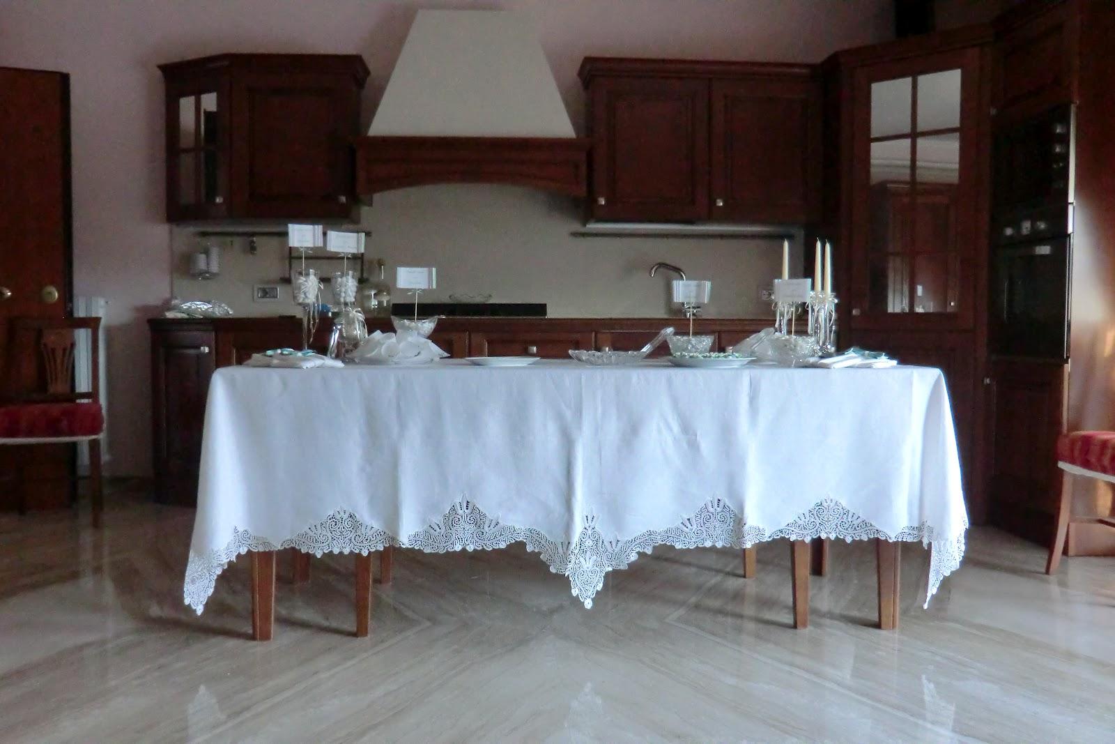 Confetti decorati con pasta di zucchero e addobbi a casa - Tavolo matrimonio casa sposa ...