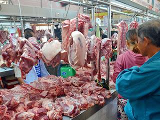 Người tiêu dùng không phân biệt được đâu là thịt heo sạch và thịt heo có chất cấm Ảnh: TẤN THẠNH