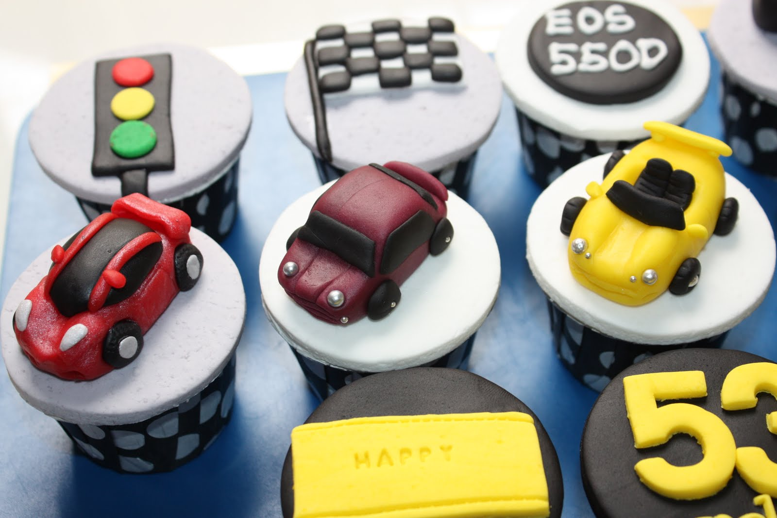 Cake With Fondant Cars : Sissy Cake House: 2D & 3D fondant cupcakes