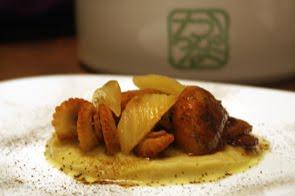 Moscardini con olio alla liquirizia su salsa di finocchi e pere