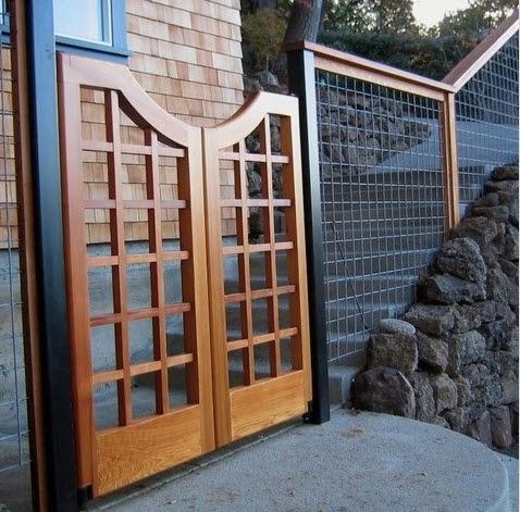 Puerta de cerco perimétrico en madera y fierro