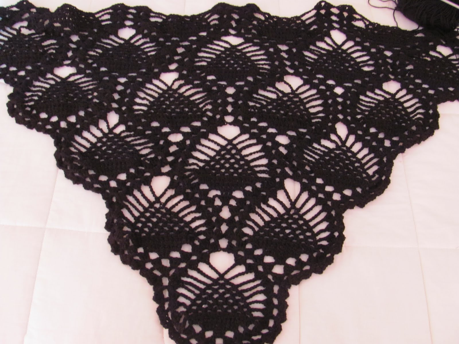 """crochet-divertido1: chal negro en punto """"PIÑA""""...falta poco para ..."""