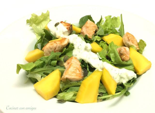 Ensalada templada de salmón y mango