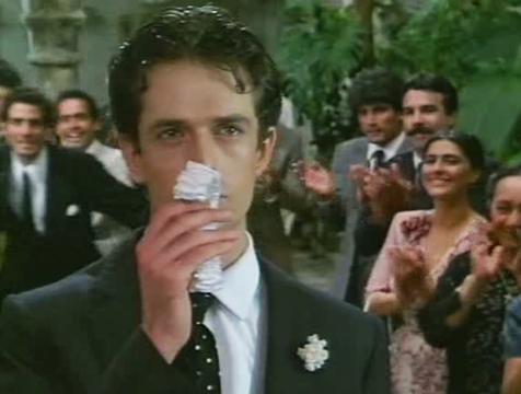 Bayardo (Rupert Everett) besa la liga antes de lanzarla en Crónica de una muerte anunciada - Cine de Escritor