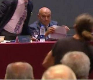 ARROJAN  HUEVOS A POLITICO EN UNIVERSIDAD ARGENTINA