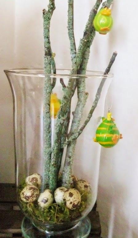 Osterdeko im Glas mit Zweigen und Eiern