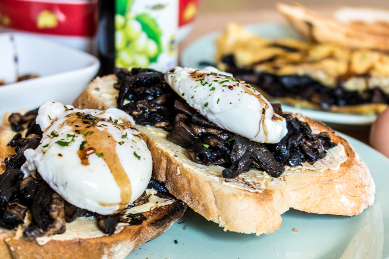 Poached eggs and sliced portobello mushrooms on toast with balsamic reduction | Svelte Salivations