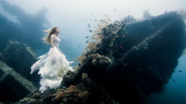 Sesiones fotográficas surrealista en un naufragio subacuático en Bali