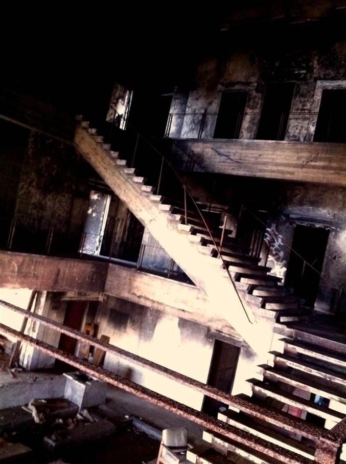 無機質な巨大廃階段
