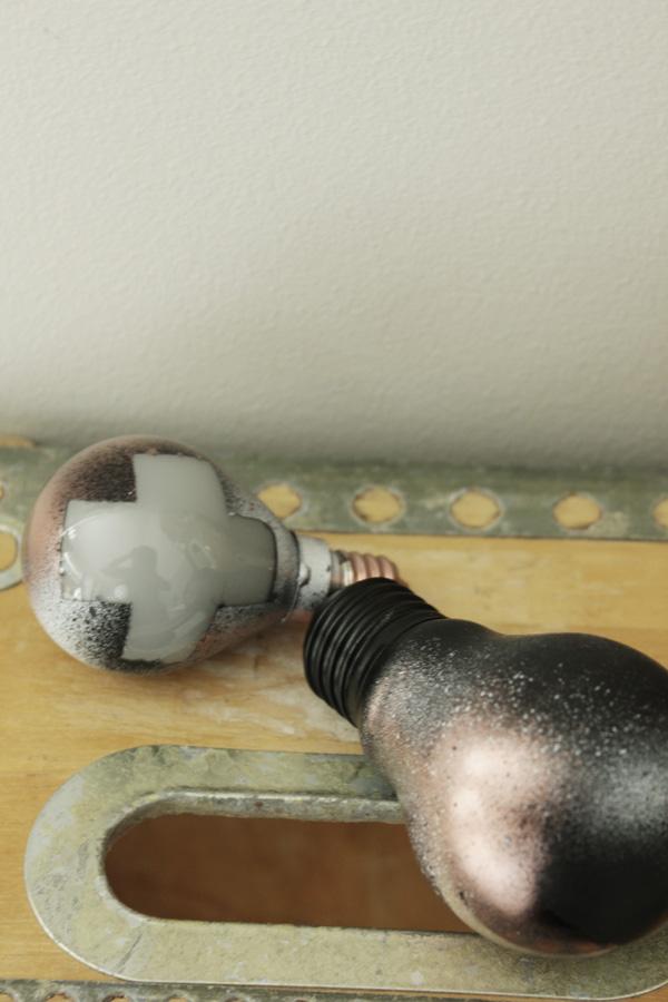 kors i inredningen, diy lampor, spraya glödlampor, inredningstips,