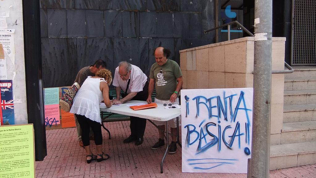 miembros de la coordinadora renta básica , recogen firmas frente al centro de salud