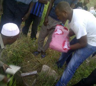 Abdallah Hamis Ambua aliyevaa tisheti nyeupe akiwa kwenye taratibu za