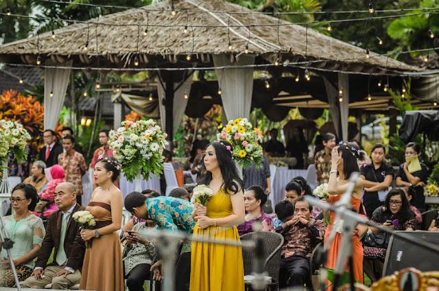 foto bridesmaid di pernikahan outdoor louisa dan zico di lapangan hanoman ramayana prambanan yogyakarta