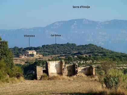Les runes de Cal Griva, el mas de Vilarrassa i al fons les Serres d'Ensija i Rasos de Peguera