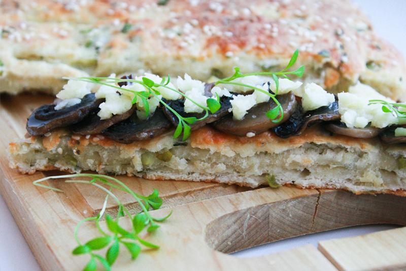 Бутерброд с шампиньонами, сыром и кресс-салатом
