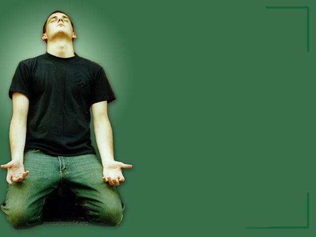 hombre-orando-de-rodillas