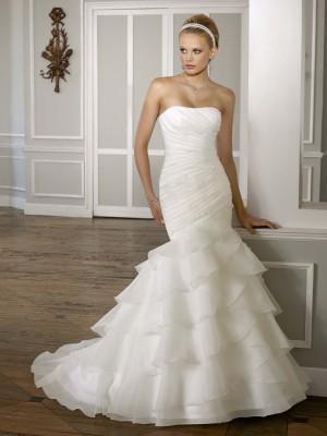 Cum todo su vestido de novia