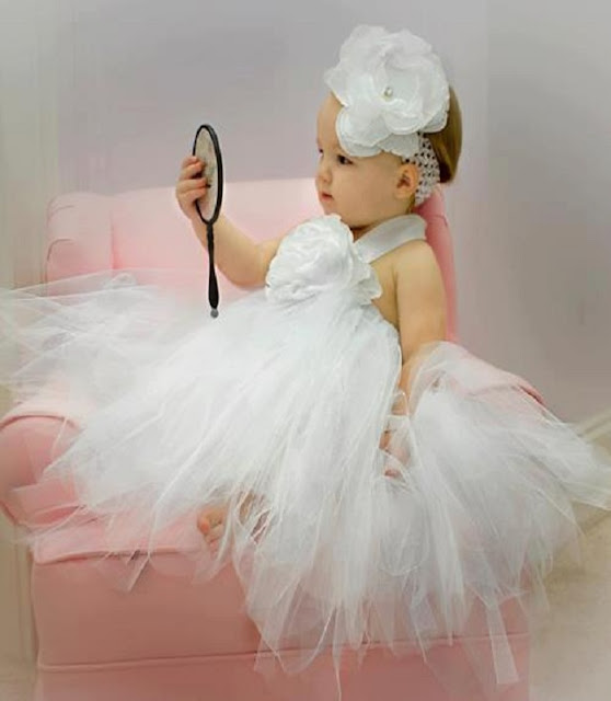 Un vrai ange en robe blanche comme les mariées