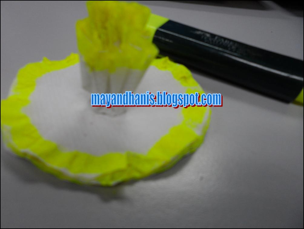 Step 3: aku guna highlighter pen tu dan buat keliling tisu tu macam