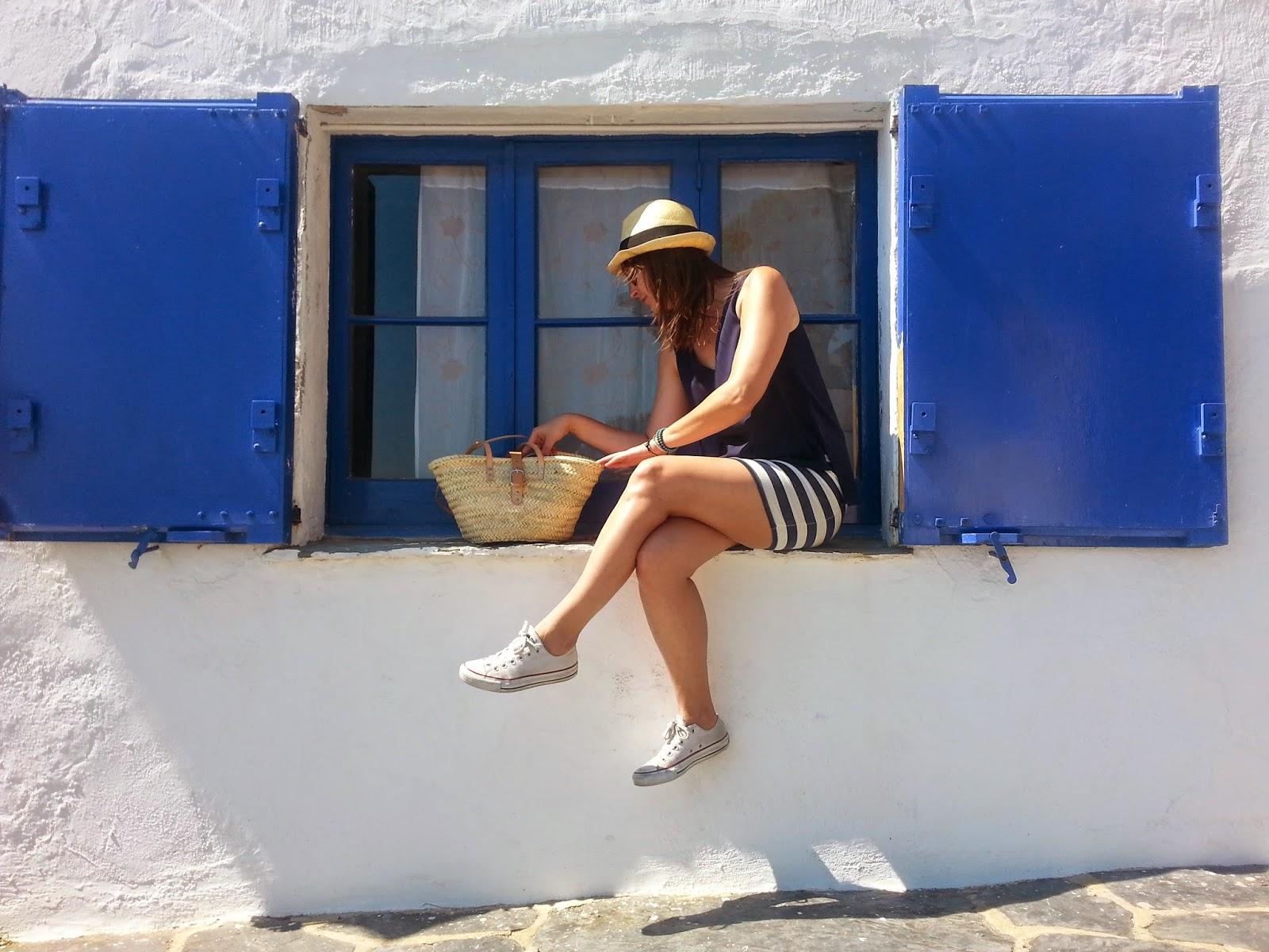 Look cómodo y fresco para caminar a las calas de tu destino de verano, outfit navy, capaceta de mimbre, borsalino y zapatillas converse.